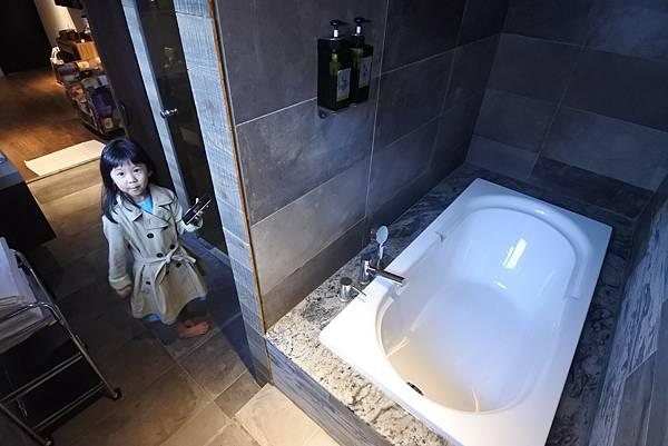 台中市草悟道文創旅館:鐵支四人房(有浴缸) (24).JPG