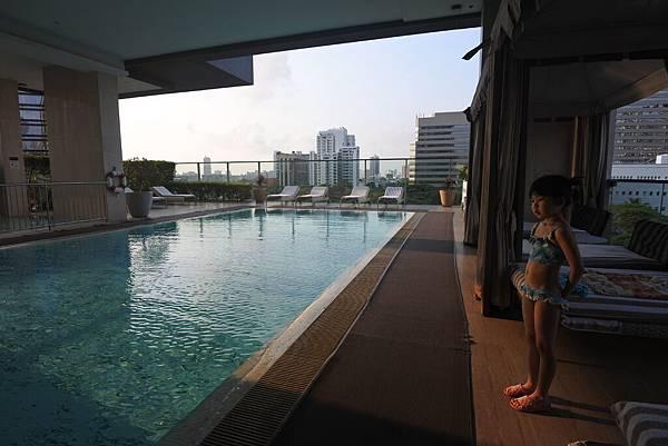 泰國曼谷ORIENTAL RESIDENCE BANGKOK:泳池 (8).JPG