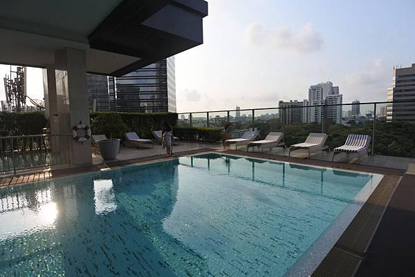 泰國曼谷ORIENTAL RESIDENCE BANGKOK:泳池 (16).JPG