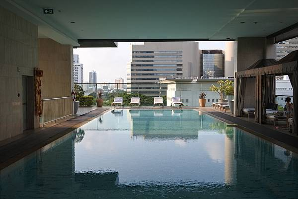 泰國曼谷ORIENTAL RESIDENCE BANGKOK:泳池 (21).JPG