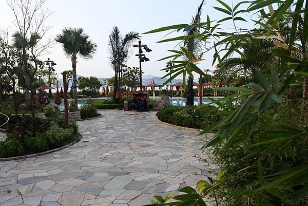 香港迪士尼探索家度假酒店:雨澄泳池 (5).JPG