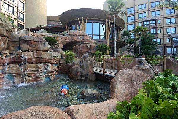 香港迪士尼探索家度假酒店:雨澄泳池 (4).JPG