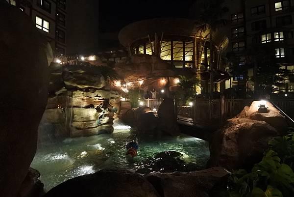 香港迪士尼探索家度假酒店:雨澄泳池 (15).JPG