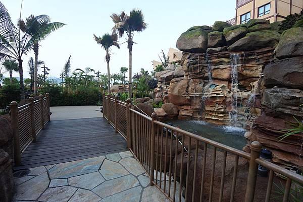 香港迪士尼探索家度假酒店:雨澄泳池 (20).JPG