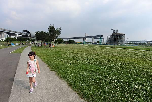 台北縣三重市大臺北都會公園:幸運草地景溜滑梯 (22).JPG
