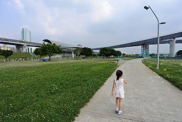 台北縣三重市大臺北都會公園:幸運草地景溜滑梯 (25).JPG
