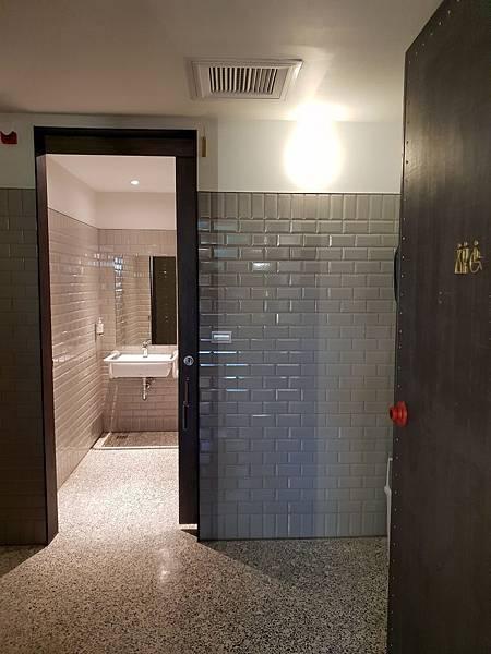 台南市U.I.J HOTEL %26; HOSTEL:大廳+粅粅書 (10).jpg