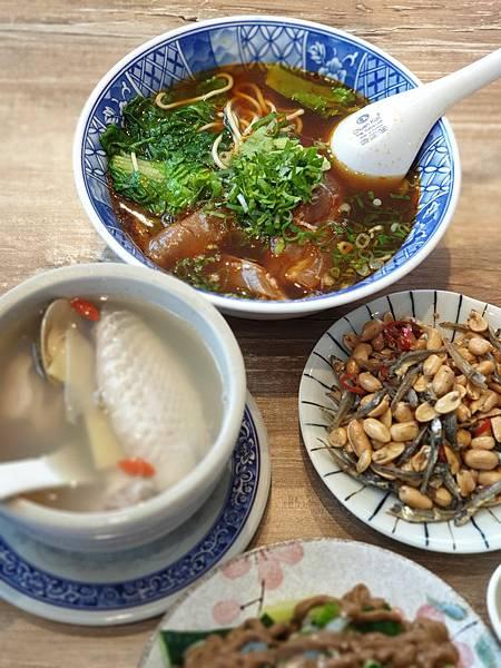 台北市牛肉麵。雞湯信義店 (14).jpg
