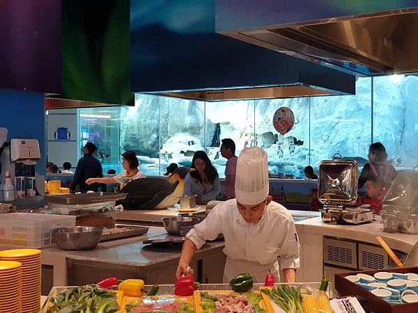 中國廣東省長隆企鵝酒店:帝企鵝自助餐廳 (73).jpg