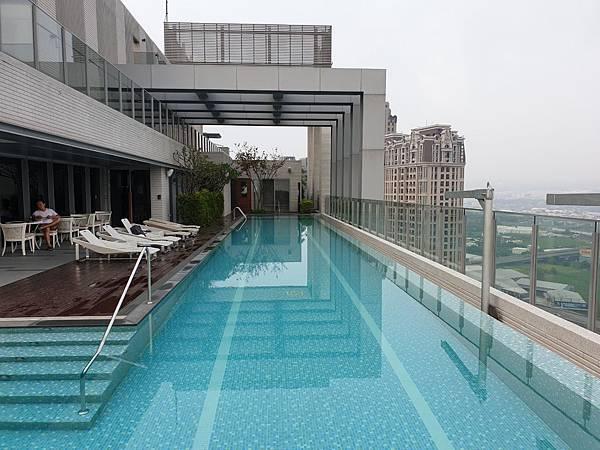 台中市順天環匯:天際泳池 (10).jpg