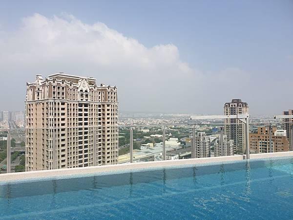台中市順天環匯:天際泳池 (23).jpg