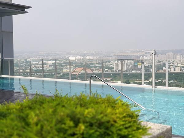 台中市順天環匯:天際泳池 (20).jpg