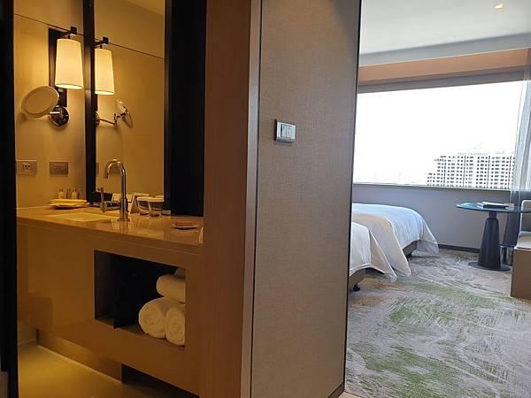 泰國曼谷Millennium Hilton Bangkok:TWIN PREMIUM ROOM (5).jpg