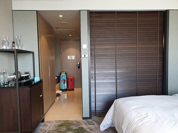 泰國曼谷Millennium Hilton Bangkok:TWIN PREMIUM ROOM (16).jpg