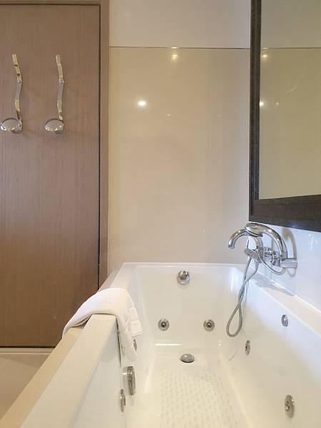 泰國曼谷Millennium Hilton Bangkok:TWIN PREMIUM ROOM (25).jpg