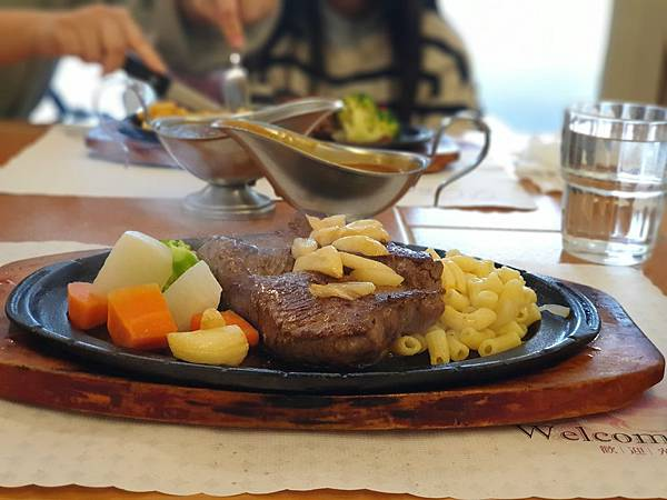 亞亞泡湯後的牛排大餐 (1).jpg