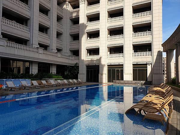 台北市台北美福大飯店:戶外恆溫游泳池 (24).jpg