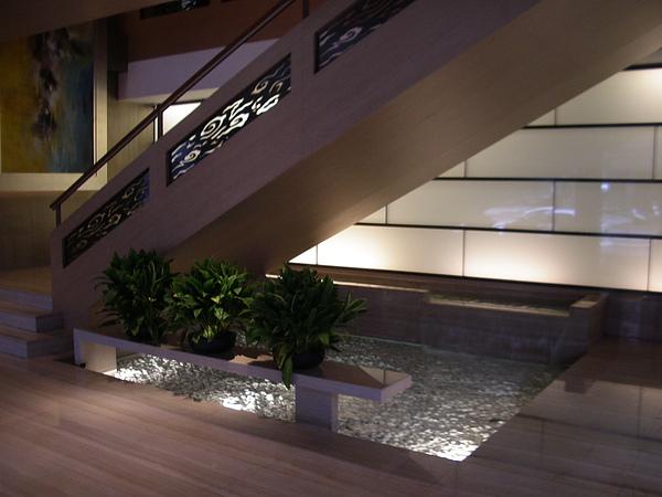 台北市城市商旅一樓玄關水池3.JPG