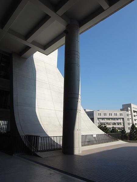 桃園縣中壢市元智大學遠東有痒通訊大樓造型雨庇近拍2.JPG