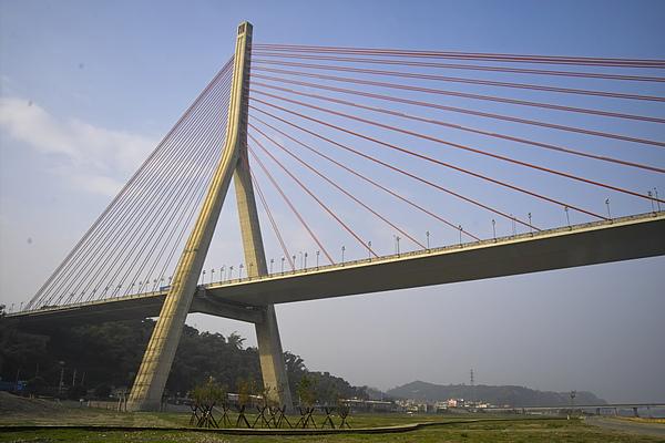高屏溪斜張橋+木棧步道.jpg