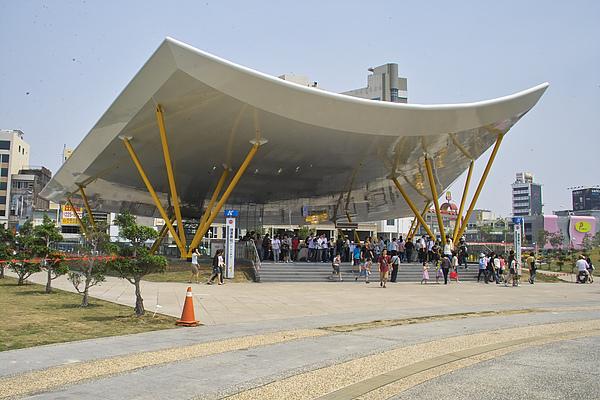 高雄市捷運中央公園站弧線.jpg