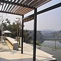 新竹縣峨嵋鄉二泉湖畔咖啡民宿切割的陽光.jpg
