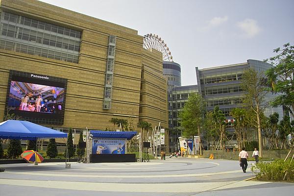 高雄市夢時代購物中心試營運入夢口LED電視牆.jpg