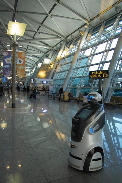 韓國仁川機場迎賓機器人3.jpg