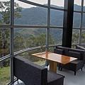 新竹縣尖石鄉數碼天空餐廳一樓圓柱座位.jpg