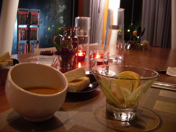 宜蘭縣五結鄉浮線發想之島0908南瓜湯&麵包&吃完的小龍蝦水果沙拉.JPG