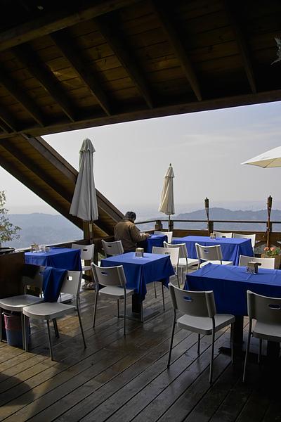台中太平市月光森林餐廳頂樓半露天座位.jpg