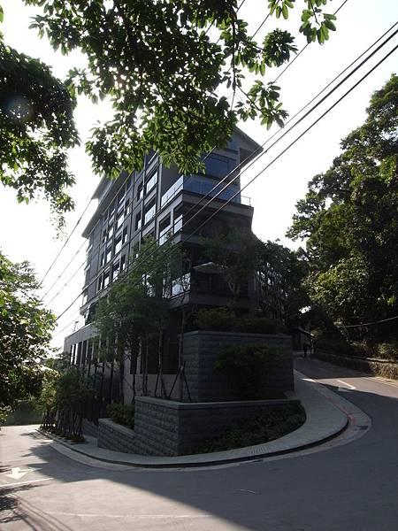 台北市北投麗禧溫泉酒店:外觀及空中水池 (14).JPG