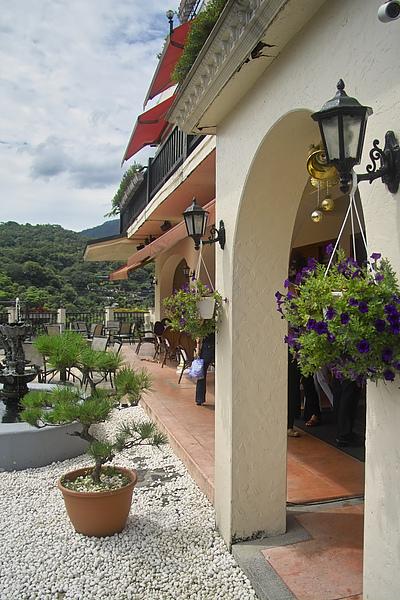 台北市夜濤紗陽明山景觀餐廳大門盆花吊飾.jpg