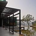 新竹縣峨嵋鄉二泉湖畔咖啡民宿迴廊.jpg