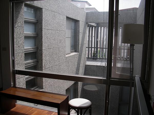 台東縣台東市少則得民宿三樓起居室落地窗光影.JPG