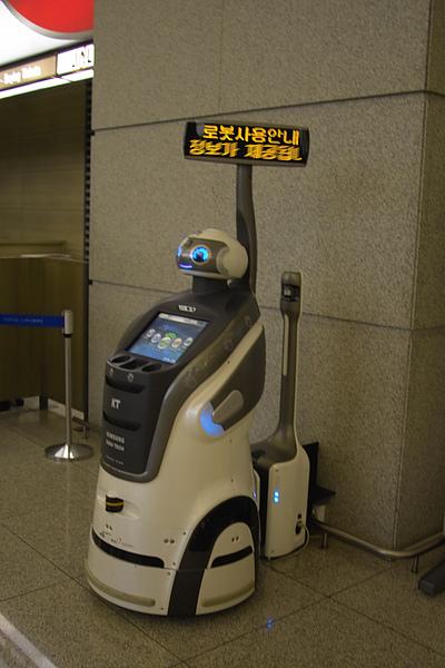 韓國仁川機場迎賓機器人充電中.jpg