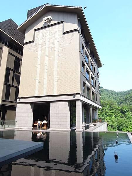 台北市北投麗禧溫泉酒店:外觀及空中水池 (8).JPG