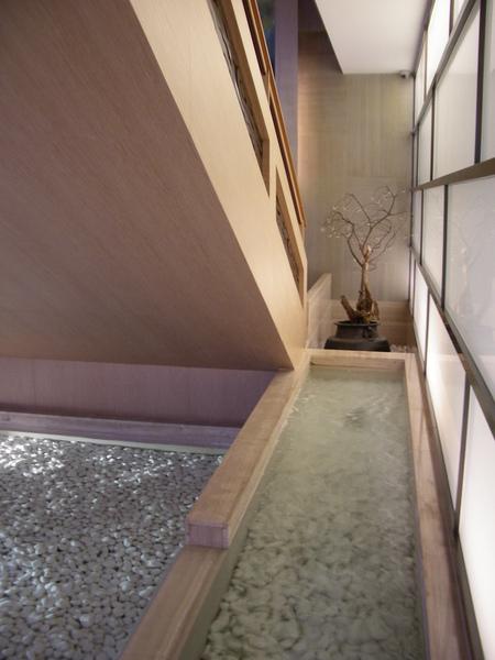 台北市城市商旅一樓玄關水池.JPG