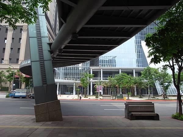 台北縣板橋市遠東百貨板橋購物中心【盜攝版】 (1).JPG