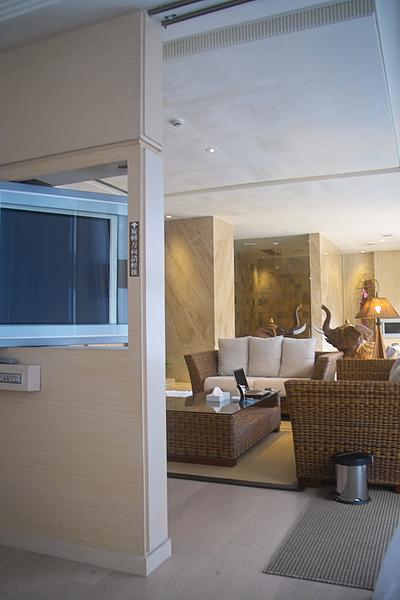 彰化縣紅樓精品旅館巴里島帝后120號房可旋轉電漿電視&客廳.jpg