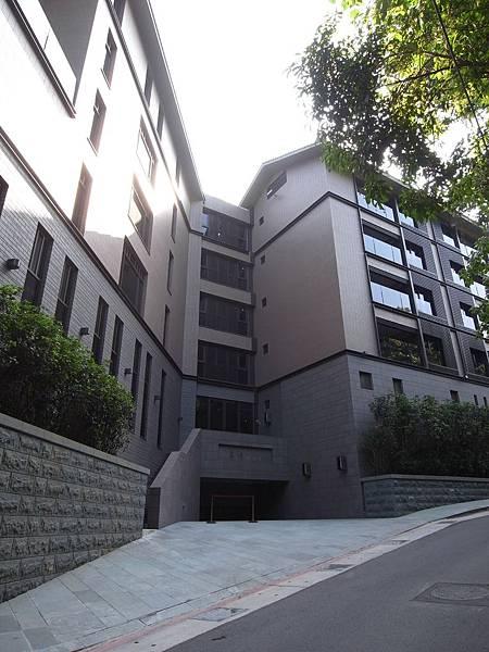 台北市北投麗禧溫泉酒店:外觀及空中水池 (16).JPG