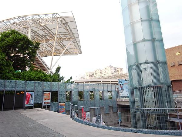 台北市體育館(田徑兼足球場)工程2+社教館玻璃棒電梯2.JPG