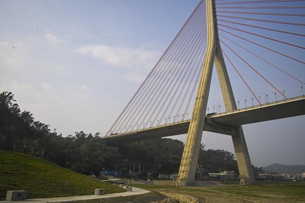 高屏溪斜張橋+河濱公園.jpg