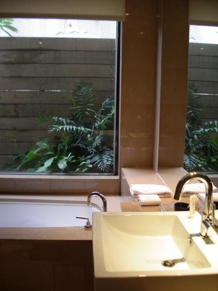台北市城市商旅城市客房浴室造景.JPG