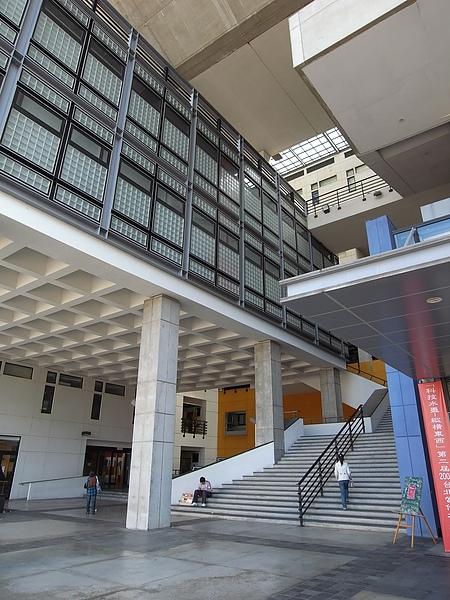 桃園縣中壢市元智大學圖書館一樓階梯與挑高箱型空間.JPG