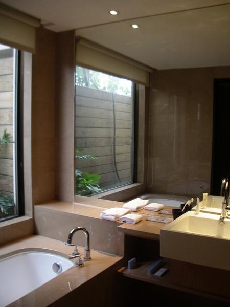 台北市城市商旅城市客房浴室風景3.JPG