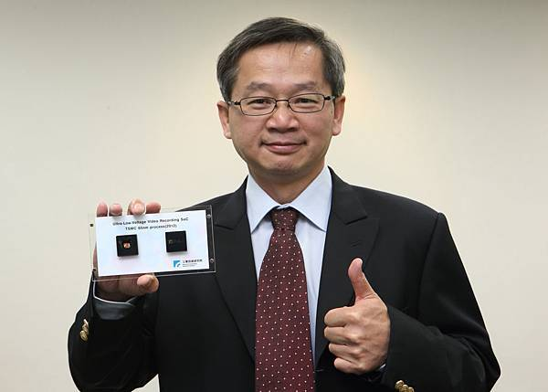 吳所長手持超低電壓晶片
