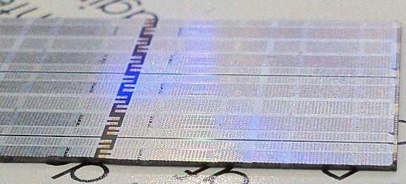 Silex-BroadPak的矽中介層技術透過矽穿孔(TSV),讓多個晶片在一個共同的基板上實現3D互連。