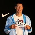 NIKE球星林書豪感謝小球迷對他的支持並鼓勵小球迷持續用籃球創造奇蹟,送上Hyperfuse簽名鞋一雙。.jpg