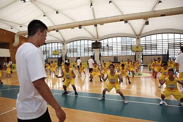 林書豪要求重心放低考驗小球員體力.JPG